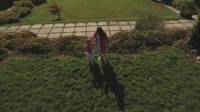 Χορός Mom και κορών στο πάρκο Πυροβοληθείς στον κηφήνα φιλμ μικρού μήκους