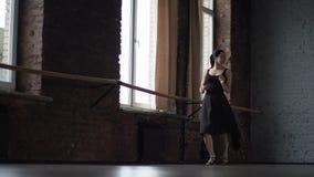 Χορός Salsa στο στούντιο από τη γυναίκα στο μαύρο φόρεμα - σε αργή κίνηση απόθεμα βίντεο