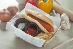 Χοτ-ντογκ και τηγανητά με τη σάλτσα Στοκ φωτογραφία με δικαίωμα ελεύθερης χρήσης
