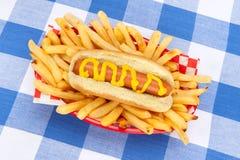 Χοτ ντογκ και τηγανιτές πατάτες Στοκ Φωτογραφία