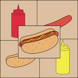 Χοτ-ντογκ με τα μπουκάλια λουκάνικων και μουστάρδας και κέτσαπ Στοκ Εικόνες