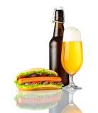 Χοτ-ντογκ με την κρύα μπύρα στο άσπρο υπόβαθρο Στοκ εικόνες με δικαίωμα ελεύθερης χρήσης