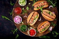Χοτ-ντογκ με το αγγούρι, την ντομάτα και το κόκκινο κρεμμύδι Στοκ φωτογραφίες με δικαίωμα ελεύθερης χρήσης