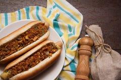 Χοτ ντογκ με το τηγανισμένο κρεμμύδι Στοκ Εικόνες