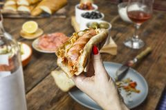 Χοτ-ντογκ, που τρώει έξω, γεύμα, έξω από το σπίτι, διαθέσιμο, γυναίκα ε Στοκ φωτογραφία με δικαίωμα ελεύθερης χρήσης