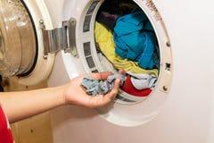 Χούφτα της ίνας που παγιδεύεται στο φίλτρο της ξηρότερης μηχανής πλυντηρίων στοκ εικόνες