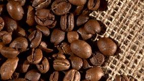 Χούφτα των καφετιών, ψημένων φασολιών καφέ burlap απόθεμα βίντεο