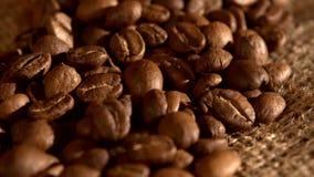 Χούφτα των φασολιών καφέ burlap στην απόλυση απόθεμα βίντεο