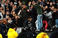 Χούλιγκαν κατά τη διάρκεια ενός αγώνα ποδοσφαίρου Στοκ Εικόνες