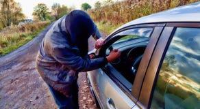 Χούλιγκαν που σπάζει στο αυτοκίνητο Στοκ Φωτογραφίες