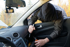 Χούλιγκαν που σπάζει στο αυτοκίνητο Στοκ Εικόνα