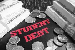 Χρέος σπουδαστών με τα χρήματα στο πληκτρολόγιο lap-top υψηλό - φωτογραφία ποιοτικών αποθεμάτων στοκ εικόνα με δικαίωμα ελεύθερης χρήσης