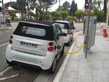 χρέωση αυτοκινήτων ηλεκτ Στοκ εικόνες με δικαίωμα ελεύθερης χρήσης