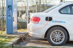 Χρέωση ενός ηλεκτρικού αυτοκινήτου Στοκ Φωτογραφία