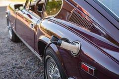 Χρέωση ενός ηλεκτρικού αυτοκινήτου Στοκ Φωτογραφίες