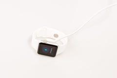 Χρέωση του ρολογιού της Apple Στοκ εικόνα με δικαίωμα ελεύθερης χρήσης