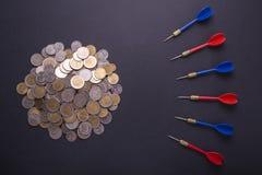 Χρήματα ή έννοια στόχων χρηματοδότησης Κόκκινα και μπλε βέλη και νόμισμα επάνω Στοκ εικόνες με δικαίωμα ελεύθερης χρήσης