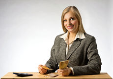 Χρήματα ανάγνωσης επιχειρησιακών γυναικών Στοκ Εικόνες