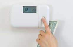 Χρήματα αποταμίευσης από τη θέρμανση του σπιτιού στοκ εικόνα