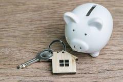 Χρήματα αποταμίευσης για την πρώτη έννοια ενυπόθηκου δανείου σπιτιών ή σπιτιών, κλειδί στοκ εικόνες