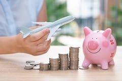 Χρήματα αποταμίευσης διακοπών με το piggy πρότυπο τραπεζών και αεροπλάνων - που συσσωρεύει Στοκ φωτογραφίες με δικαίωμα ελεύθερης χρήσης