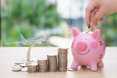 Χρήματα αποταμίευσης διακοπών με το piggy πρότυπο τραπεζών και αεροπλάνων - που συσσωρεύει Στοκ Εικόνες