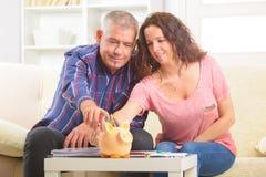 Χρήματα αποταμίευσης ζεύγους στοκ φωτογραφία με δικαίωμα ελεύθερης χρήσης