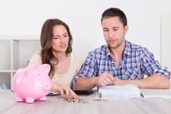 Χρήματα αποταμίευσης ζεύγους Στοκ Εικόνα