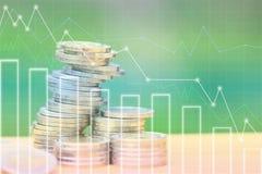Χρήματα αποταμίευσης και χρηματοδότηση ή τραπεζική έννοια, σωρός των χρημάτων νομισμάτων και γραφική παράσταση στο φυσικό πράσινο διανυσματική απεικόνιση