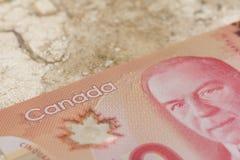 Χρήματα από τον Καναδά: Καναδικά δολάρια Κινηματογράφηση σε πρώτο πλάνο στο μαρμάρινο πίνακα
