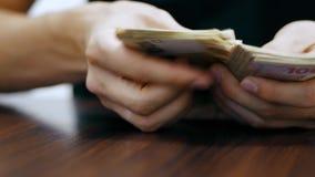 Χρήματα αρίθμησης χεριών ατόμων, λογαριασμοί του ουκρανικού hryvnia εκατό απόθεμα βίντεο
