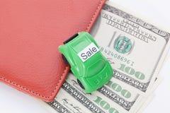 Χρήματα αυτοκινήτων με το σημάδι - πώληση Πληρωμές και δαπάνες στοκ φωτογραφία με δικαίωμα ελεύθερης χρήσης