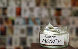 Χρήματα βάζων γυαλιού witn για τη δερματοστιξία, σκίτσα στο υπόβαθρο Στοκ εικόνες με δικαίωμα ελεύθερης χρήσης