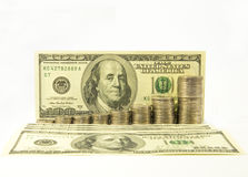 Χρήματα Δολάρια και σωρός των νομισμάτων στο άσπρο υπόβαθρο σωρός χρημάτων χεριών έννοιας νομισμάτων που προστατεύει την αποταμίε Στοκ εικόνες με δικαίωμα ελεύθερης χρήσης
