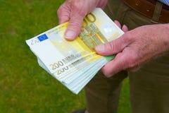 Χρήματα εγγράφου στα χέρια Στοκ Φωτογραφία
