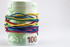 Χρήματα εκατό ευρο- λογαριασμών με τις ζωηρόχρωμες λαστιχένιες σειρές aroun Στοκ Εικόνα