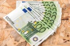Χρήματα εκατό με το ξύλο bakcground Στοκ εικόνα με δικαίωμα ελεύθερης χρήσης