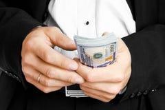 Χρήματα εκμετάλλευσης επιχειρησιακών ατόμων στο άσπρο υπόβαθρο στοκ φωτογραφίες με δικαίωμα ελεύθερης χρήσης