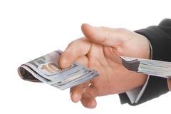 Χρήματα εκμετάλλευσης επιχειρησιακών ατόμων στο άσπρο υπόβαθρο στοκ εικόνα με δικαίωμα ελεύθερης χρήσης