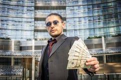 Χρήματα εκμετάλλευσης επιχειρησιακών ατόμων Στοκ φωτογραφία με δικαίωμα ελεύθερης χρήσης