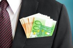 Χρήματα, ευρο- λογαριασμοί νομίσματος (ΕΥΡ), στην τσέπη κοστουμιών επιχειρηματιών στοκ εικόνες
