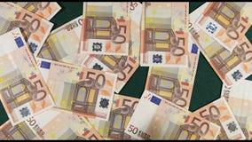 Χρήματα 50 ευρώ που πέφτουν ενάντια σε πράσινο Backgroung απόθεμα βίντεο