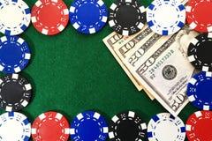 Χρήματα κάτω από τα τσιπ τυχερού παιχνιδιού στον πράσινο πίνακα Στοκ Φωτογραφία