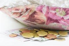 Χρήματα κάτω από το μαξιλάρι, περικοπή ποσοστού Στοκ εικόνα με δικαίωμα ελεύθερης χρήσης
