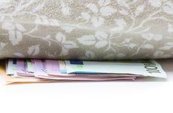 Χρήματα κάτω από το μαξιλάρι Στοκ φωτογραφίες με δικαίωμα ελεύθερης χρήσης