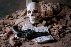 Χρήματα και ένα περίστροφο κοντά στο κρανίο Εγκληματική έννοια Στοκ φωτογραφίες με δικαίωμα ελεύθερης χρήσης