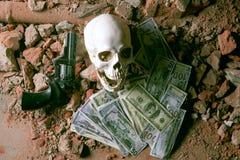 Χρήματα και ένα περίστροφο κοντά στο κρανίο Εγκληματική έννοια Στοκ Φωτογραφίες