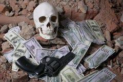 Χρήματα και ένα περίστροφο κοντά στο κρανίο Εγκληματική έννοια Στοκ εικόνες με δικαίωμα ελεύθερης χρήσης