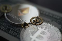 Χρήματα και έννοια πόρων χρηματοδότησης με Bitcoin Ethereum στοκ εικόνα με δικαίωμα ελεύθερης χρήσης
