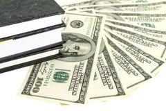 Χρήματα και βιβλία Στοκ φωτογραφία με δικαίωμα ελεύθερης χρήσης